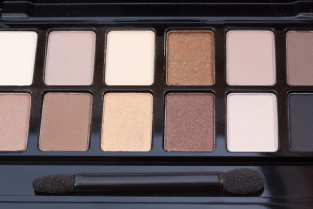 A simple way to transition to Autumn Winter makeup is to apply warm eyeshadow shades such as gold, bronze or terracotta.